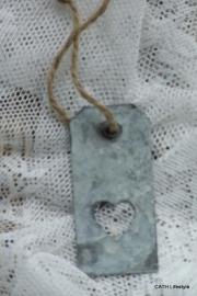 Zinken label / aan touw met hart