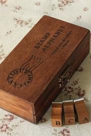 Stempel / set alfabet in houten doosje / hoofdletters letters