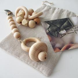 *NIEUW* Set poppenspeelgoed: houten speenkoord met speen en rammelaar