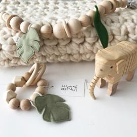 Speelring houten kralen met blaadje groen
