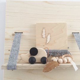 Speelring houten kralen met veer vilt cognac/zalmroze