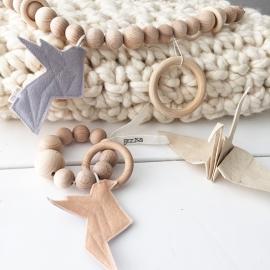 Speelring houten kralen met origamivogel vilt zalmroze/grijs