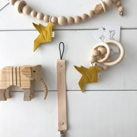 Wagenspanner houten kralen met origamivogel okergeel