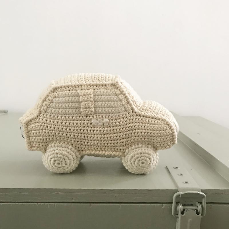 Gebreide auto rammelaar Anne Claire Petit