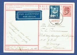 G-Briefkaart met bijfrankering met kortebalkstempel AMSTERDAM naar Sorong (Nieuw Guinea). Per Luchtpost.