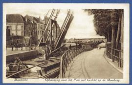 MAASTRICHT, Ophaalbrug naar het Park met Gezicht op de Maasbrug. Gelopen kaart.