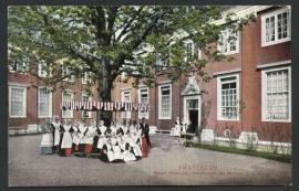 AMSTERDAM, Burger Weeshuis Binnenplaats afd. Meisjes. Ongelopen kaart.
