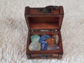 kistje met chakra stenen