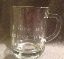 Theeglas met:  I love my guinea pigs erin gegraveerd