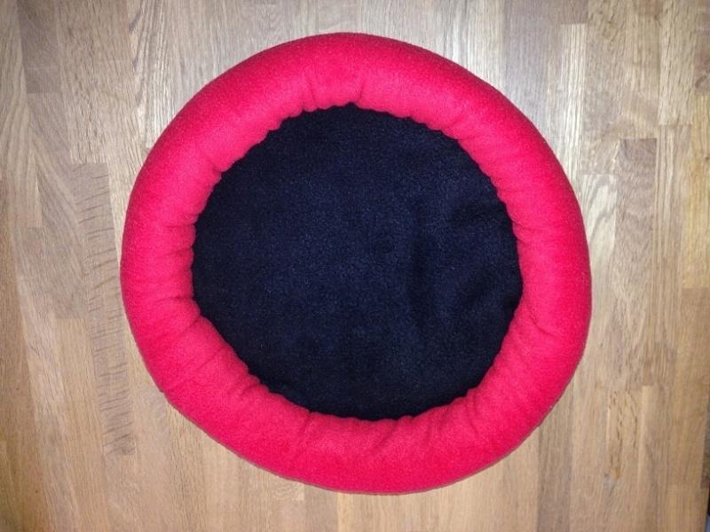 Mandje fleece M04 (rood of zwarte rand)