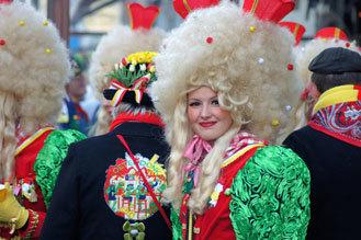 Versier je carnavalsoutfit met een Tulpjes corsage in de kleuren van jouw stad.