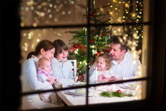 Familie om tafel tijdens de feestdagen