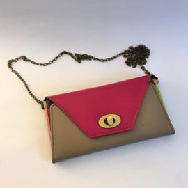 Drew clutch portemonnee met schouderketting in fuchsia met greige
