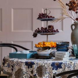 Bungalow Sitapur Topaz katoenen tafelkleed met blokprint in cre4megeel, lichtblauw, donkerblauw, olijf, grijs en rood 300 x 160 cm