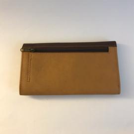Sonja langwerpige flap wallet in camel en donkerbruin