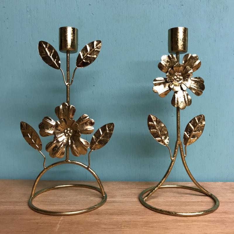 Set van twee kandelaars goudkleurig met bloemetjes 20 cm hoog