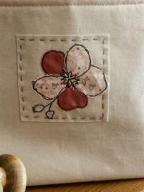 linnen mand met bloem applicatie