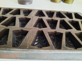 Belgische bonbonplaat van bakeliet met metalen rand
