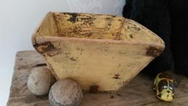 Geel houten bakje