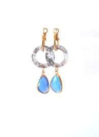 Creool goldplated met resin ring en hanger crystal blauw