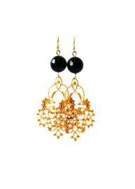 Oorbellen met onyx en ornament