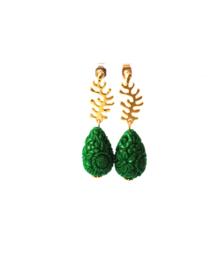 Oorbellen met oorsteker goldplated en carved stone groen