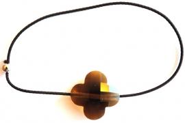 armband met elastiek en klavertje 4 donker bruin