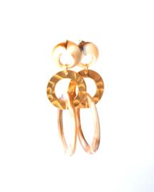 Oorbellen crème en goldplated, gouden ring
