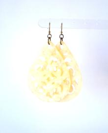 Oorbellen resin soft yellow