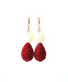 Oorbellen met parels carved stone rood