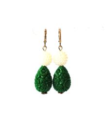 Oorbellen met parels en carved stone groen