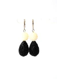 Oorbellen met parels en carved stone zwart