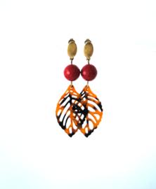 Oorbellen met koraal rood en blad