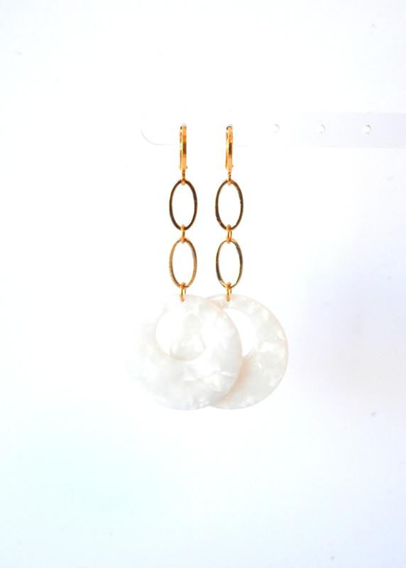 Oorbellen met goldplated ketting en hanger resin  parelmoer