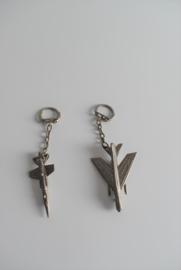 Twee metalen sleutelhangers militaire vliegtuigen (Art.21-1826)