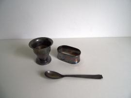 Verzilverde eierdop lepel en servetring (Art.16-2804)