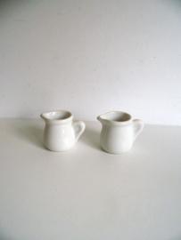 Twee kleine Mosa  melkkannetjes (Art,18-2202)
