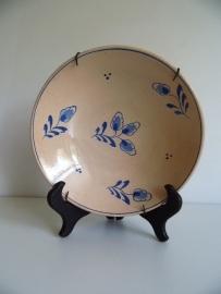 Mooi oud aardewerk sierbord met bordhanger (Art.14-1959)