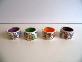 4 handgemaakte porseleienen servetringen