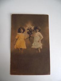 Oude ansichtkaart meisjes met bloemen (Art.19-1116)