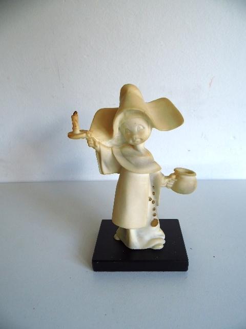 Erg leuk natuurstenen beeldje  van nonnetje (Art.16-1906)