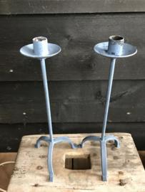 Set blauw ijzeren kandelaars.