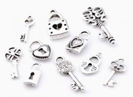 ´09905 Mix metalen kralen en hangers/bedels slotjes en sleutels ± 8-33mm 10 st
