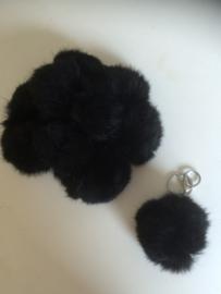 2016003 Zwarte fluffy sleutel/tas hanger bol 8 cm