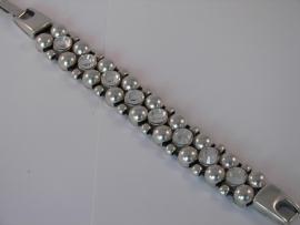 D910 Armband met 4 leer veters en veel metaal bollen en 8 Swarovski stenen
