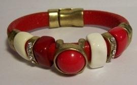 2014101 Leren rode band met de kleuren room wit en rood metaal en glas