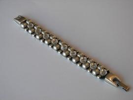 D910B Armband met 4 leer veters en veel metaal bollen en 9 Swarovski stenen