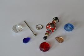 C3 Magic Pin met een bolpin en een rode Kashmiri fimoklei tussen kraal