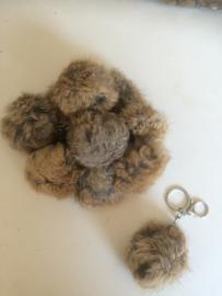 2016012 gemêleerd bruine fluffy bol sleutel/tas hanger 8 cm