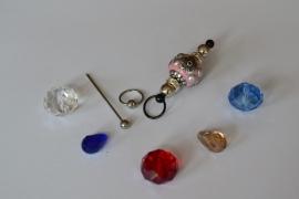 C4 Magic Pin met een bolpin en een roze Kashmiri fimoklei tussen kraal